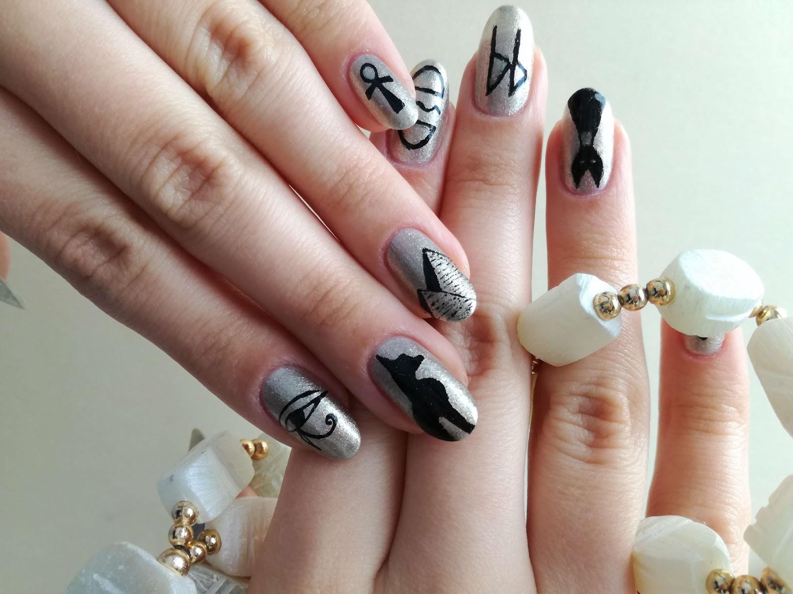 obie dłonie - egipskie paznokcie