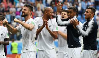 فرحة لاعبي منتخب فرنسا بالفوز علي أوروغواي