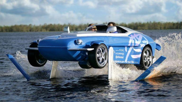 طراز Rinspeed Splash بمحرك بسعة 750 سي سي، ينتج قوة 139 حصانا، وبسرعة قصوى تصل لـ 124 ميلا في الساعة على اليابسة.