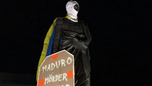 """""""Encapucharon"""" estatua de Simón Bolívar en Berlín como protesta contra Maduro"""