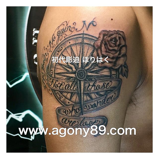 筆記体のタトゥーデザイン、スクリプト タトゥー、英文字、コンパス、方位磁針、N極、S極、薔薇、バラ、ブラック アンド グレータトゥー、リボン、英文字、タトゥーデザイン画像、メッセージ、タトゥー画像、アルファベット、刺青、黒色、ボカシ、刺青画像、刺青デザイン、black and grey tattoo.script tattoo design.the alphabet tattoo.one point tattoo.ほりはく日記、初代 彫迫 刺青 ほりはく。tattoo. irezumi.design.gazou.