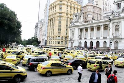 Taxistas batem boca com vereador na Cinelândia