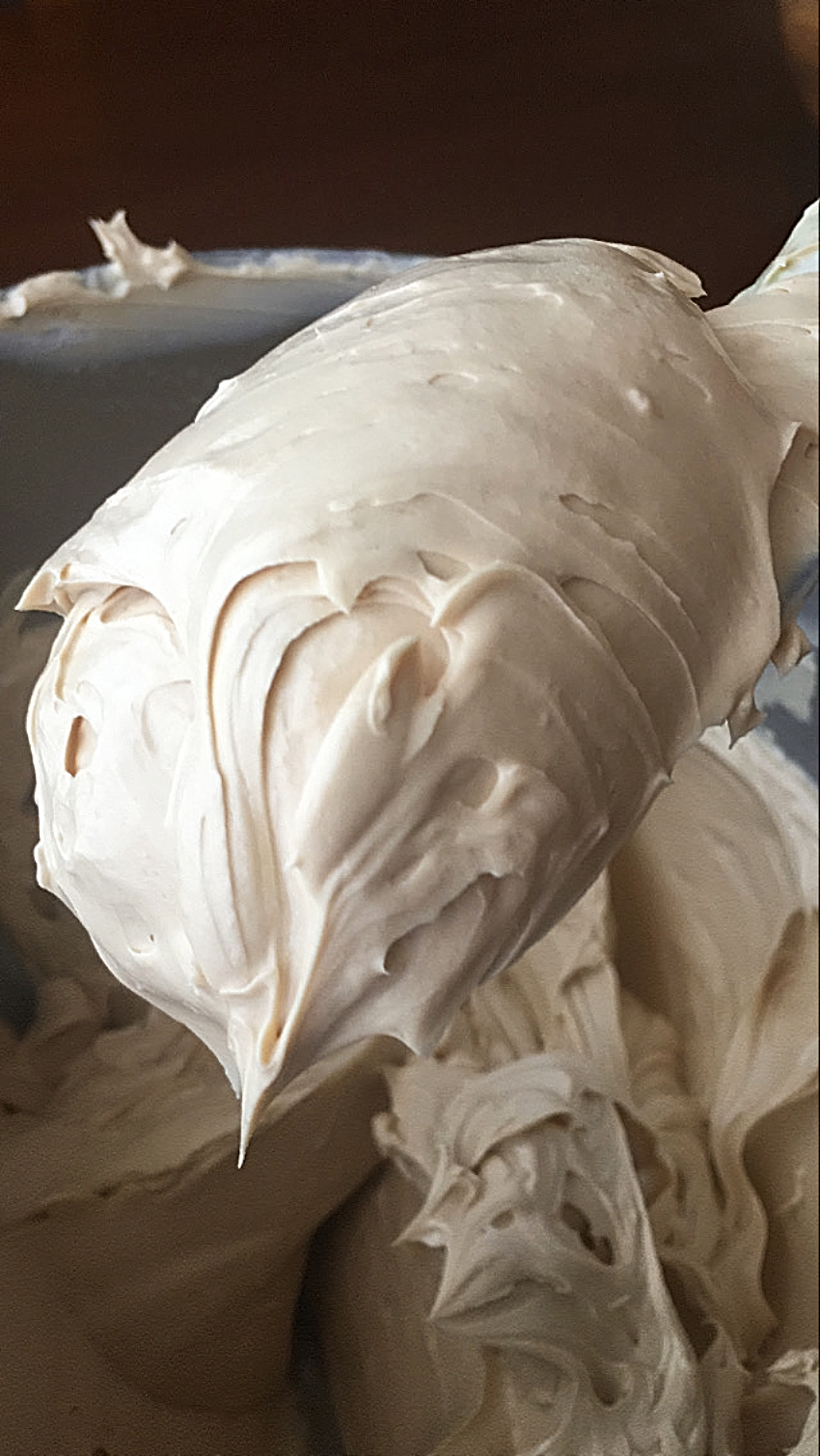 BUTTERCREAM-DE-MERENGUE-SUIZO-DE-CREMA-LOTUS