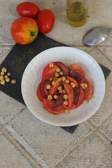 Cuillère et saladier : Salade de tomates, pêches, pois chiche et cumin