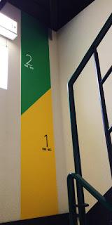 階段途中の壁に貼られた階数表示版