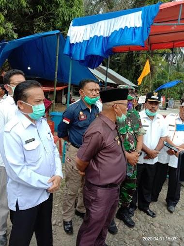 Kepala Dinas Sosial , Yonisal Mendampingi Bupati Pasaman Barat Mengunjungi Kampung Isolasi Mandiri di Jorong Sontang Kecamatan Sungai Aur