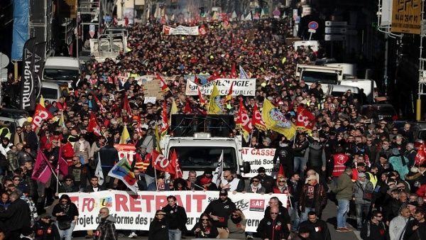 Gobierno francés avanza en proyecto de reforma pese a protestas