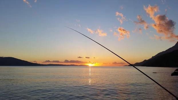 日が沈みゆく中での釣り