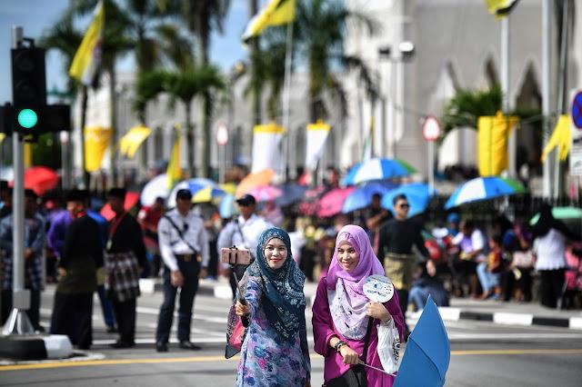 Quốc gia này với đặc thù là nước Hồi giáo nên cũng có một số quy định và luật lệ nghiêm ngặt. Đất nước Brunei thi hành luật Sharia, theo đó cấm việc bán và tiêu thụ đồ uống có cồn công khai. Nhiều du khách từng đến đây cũng chia sẻ rằng các cửa hàng, quán xá trong vùng đóng cửa từ rất sớm, khoảng 21h, những con phố đã trở nên vắng vẻ.