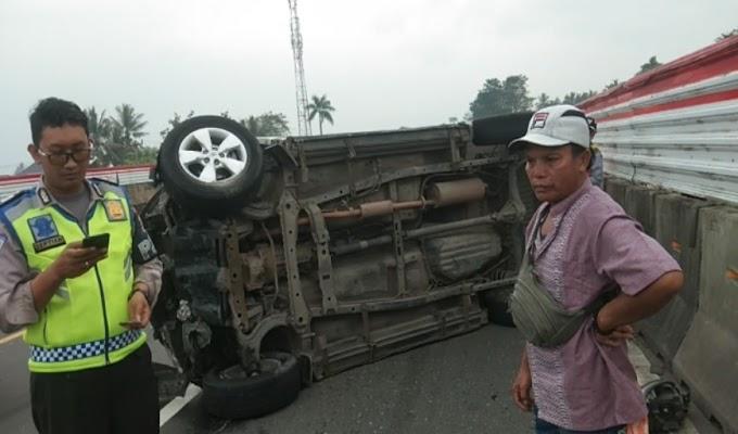 Akibat Hindari Kendaraan Lain, Daihatsu Terios Terbalik di Jalan Tol Jakarta-Merak KM 57