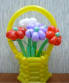 Ballonmodellage eines Korbes mit vielen bunten Blumen.