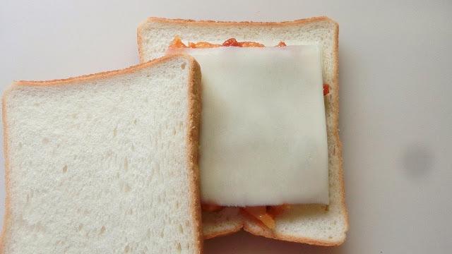 その上にもう1枚のスライスチーズをのせ、もう1枚の食パンも重ねます。 これをもう1セット作ります。