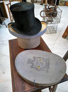Chistera y sombrerera en el desembalaje de Oviedo