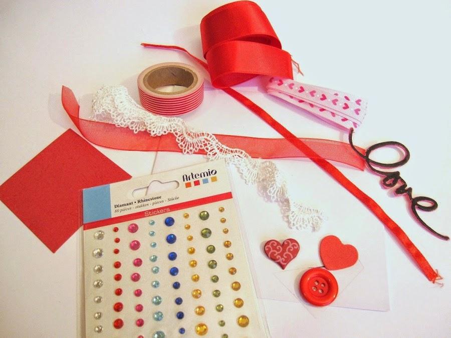 material para hacer tarjeta scrapbooking San Valentín globos corazón: tarjeta, cinta gasa roja, brads, diamantes Artemio autoadeshivos, botón rojo, whasi tape, palabra Love, puntilla de encaje y corazón rojo