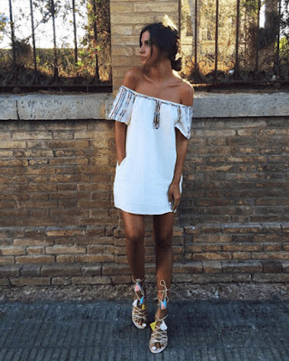 Vestido blanco corto de verano con hombros descubiertos