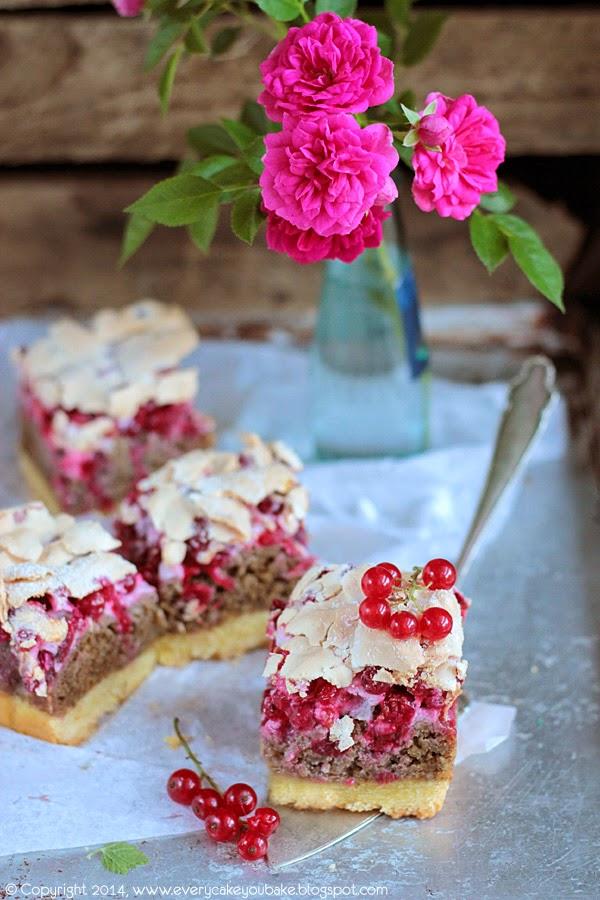 ciasto orzechowo porzeczkowe z bezą i czerwoną porzeczką
