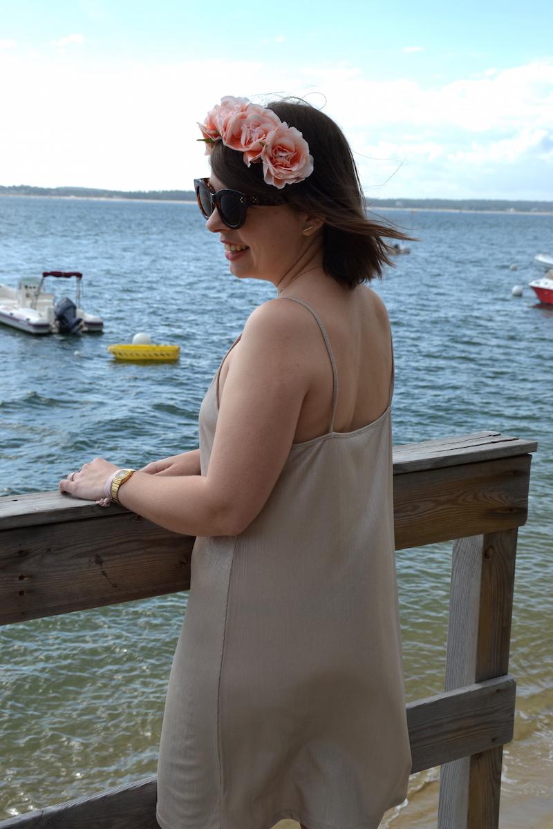 couronne de fleurs Forever21, médaille de baptéme,robe zara doré décolté au Cap-Ferret
