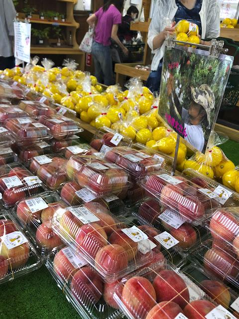 梅雨がまだあけない宮崎だけど、特売所ではピンク色の小振り桃が並んでいた