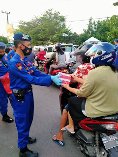 Bagi Takjil Gratis, Satpolair Polres Pelabuhan Makassar Imbau Prokes dan Jangan Mudik
