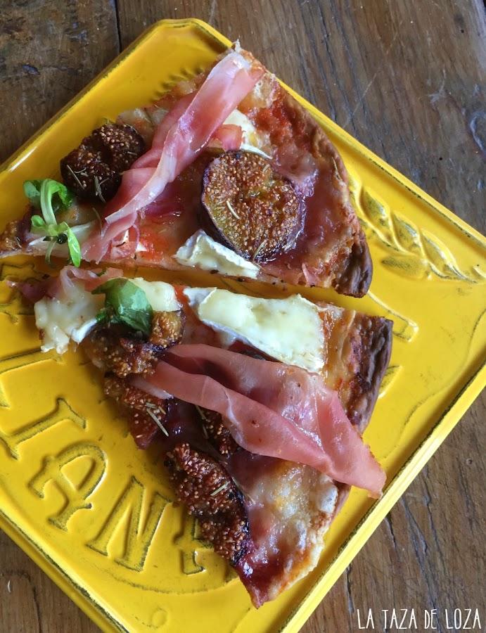 porciones-de-pizza-con-jamón-serrano-mozzarella-brie-higos