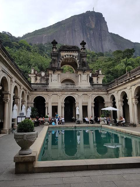 Interior do Palacete do Parque Lage, com o Corcovado e o Cristo Redentor ao fundo - Rio de Janeiro