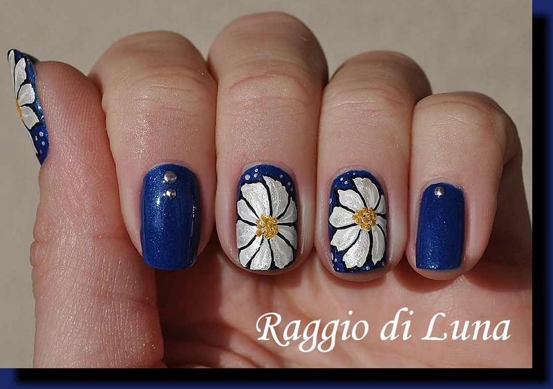 Raggio di Luna Nails: Silver flowers on iridescent blue