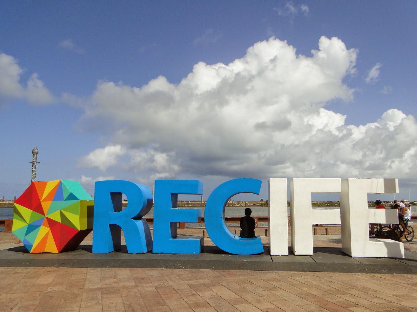 Nome Recife escrito em cores azul e branco