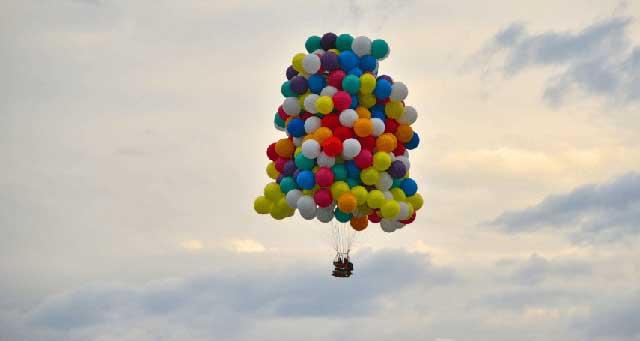 Pria yang Terbang di Kursi Balon Rumput