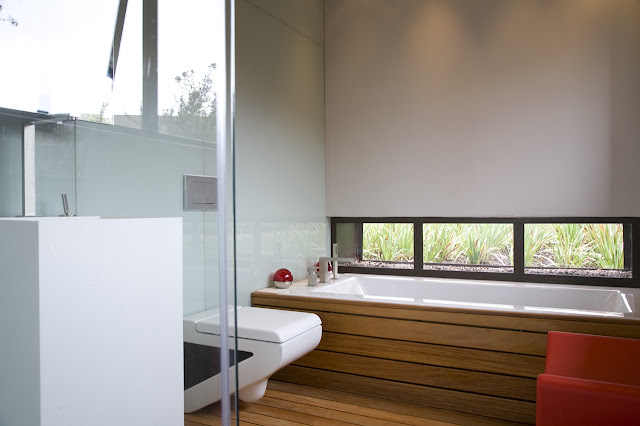 Small modern bathroom in the Serengeti House by Nico van der Meulen Architects