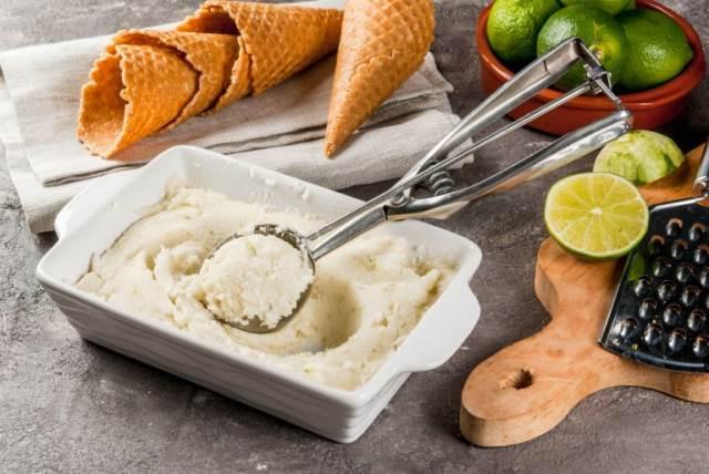 Σπιτικό παγωτό με τζίντερ και λάιμ
