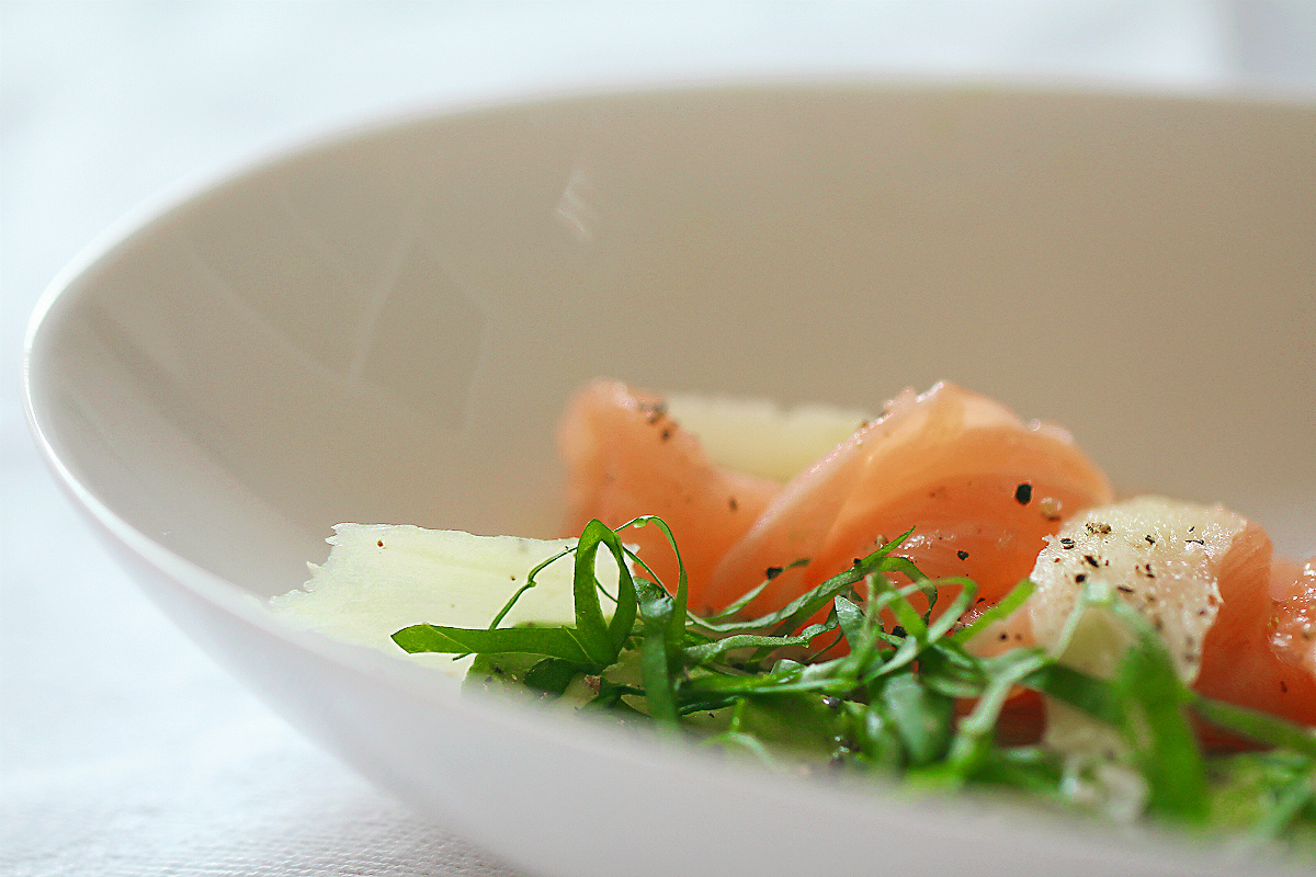 Superfood! Roher Lachs als Sashimi mit Ingwer, Avocado, Olivenöl und Basilikum #roh #raw #fisch #lachs #sashimi #asiatisch #rezept #gesund #healthy #fett #omega3 #omega6 #fettsäuren #ernährungsdocs #rheuma #diät #ernährung #rheumatoidarthritis #raw #blogger #foodblogger #foodphotography #foodstyling #plating #easy #kochen #schnellundeinfach #glutenfrei #paleo #lowcarb #highfatlowcarb