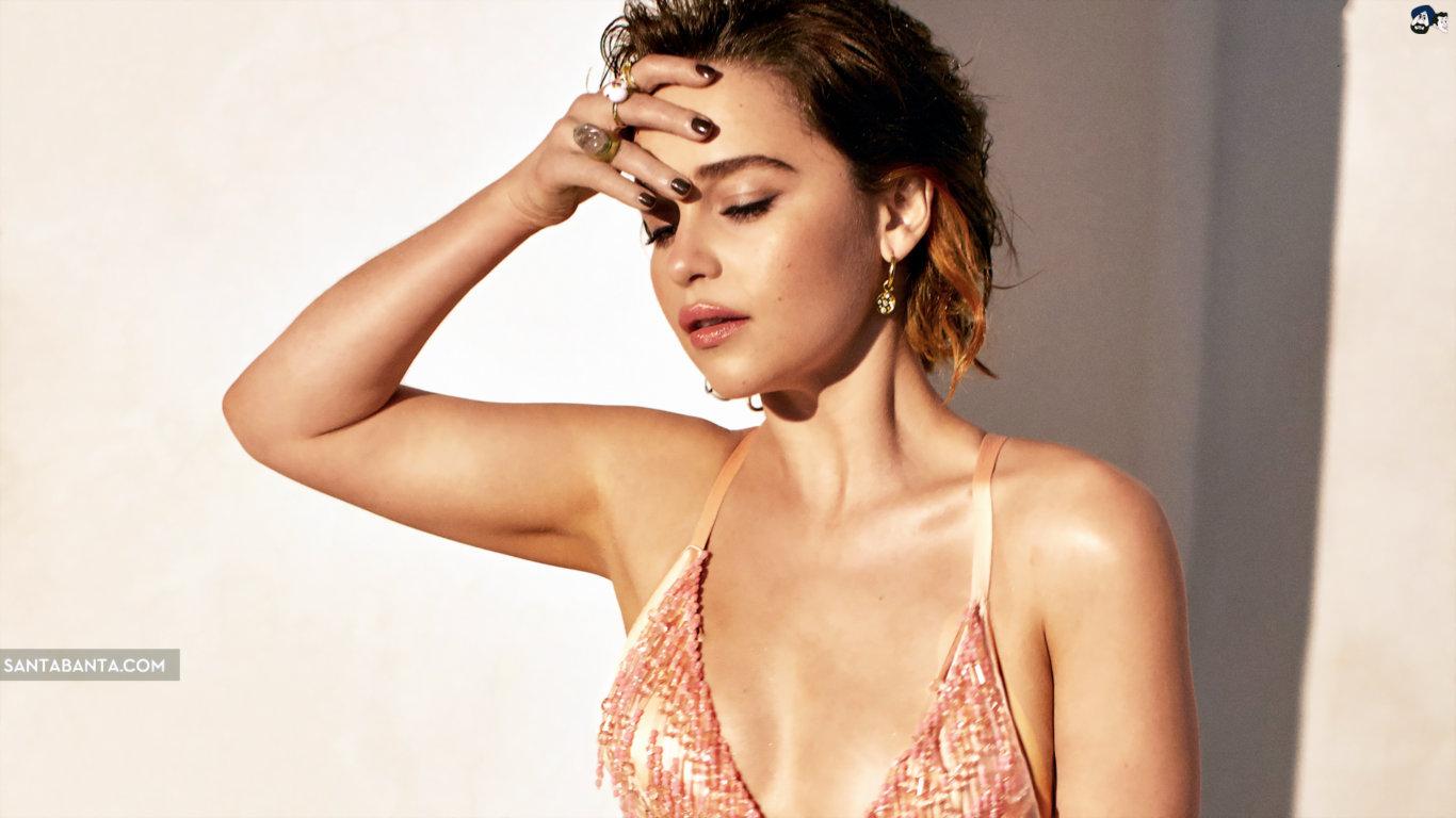 Emilia Clarke Golden Bikini Sexy Wallpaper
