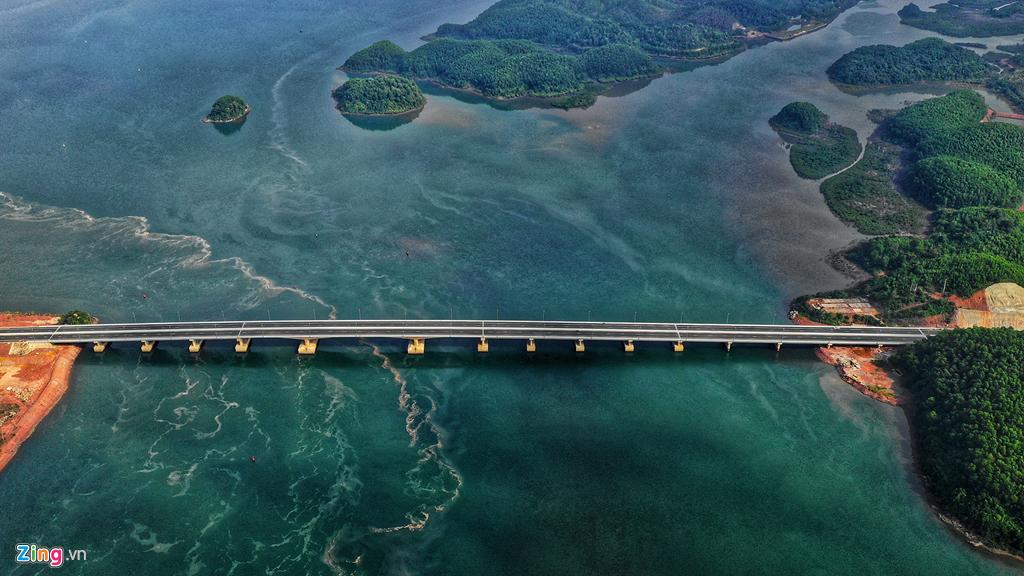 Cầu Cẩm Hải nối liền TP Cẩm Phả với Vân Đồn