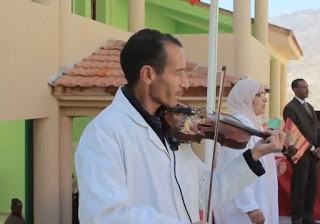الإبداع لا مكان له..عزف النشيد الوطني على أنغام الكمان بمدرسة قروية بميدلت