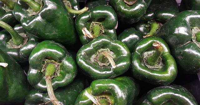 Puedes utilizar chiles pimientos en vez del chile poblano si no deseas comer picante