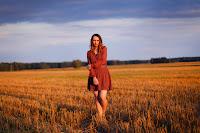 https://www.doganiammotyle.pl/2014/09/zwiewna-sukienka-i-delikatne-loki.html