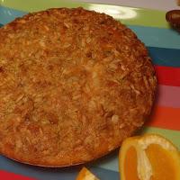 Bolo de laranja com cobertura crocante de granola