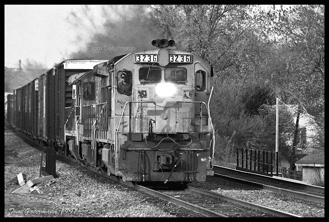 Seaboard System 3236 leads a train west on UP's Sedalia Subdivision at Maplewood, MO.