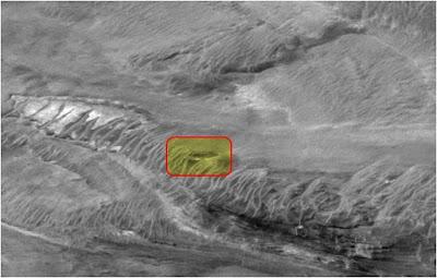 Estructura de OVNI fotografiado sobre la superficie del planeta rojo
