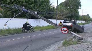 Carro colide com poste e deixa avenida interditada, em João Pessoa; veja vídeo