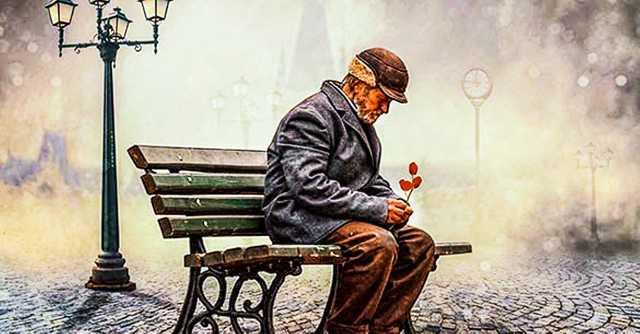 parkta oturan yaşlı adam