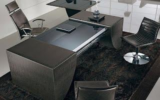 деревянный стол со стеклянной вставкой