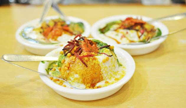 best-food-places-to-eat-in-delhi-for-foodies-people-and-famous-food-street