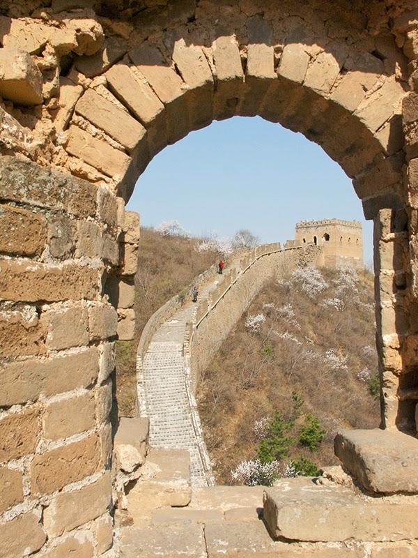 Vue sur la Grande Muraille à travers la porte d'une tour de guet