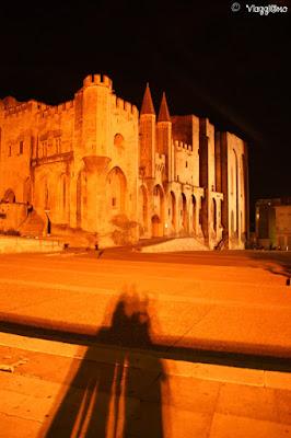 Il Palazzo dei Papi alle luci della sera