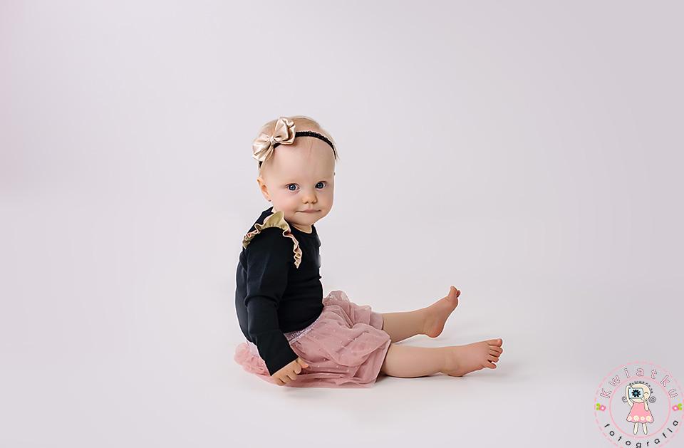 Mała dziewczynka w różowo czarnej sukience