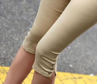 Pantalones capri con botones y abertura en la parte inferior