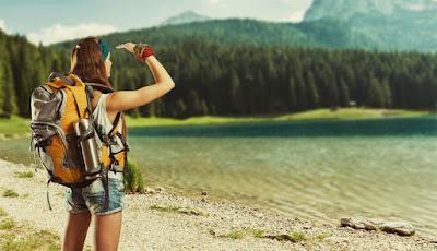 chica viajera con mochila