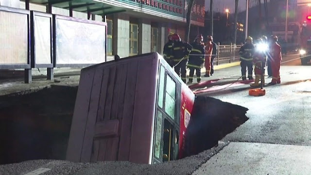 Τεράστια τρύπα στην Κίνα κατάπιε λεωφορείο - 6 νεκροί και 10 αγνοούμενοι