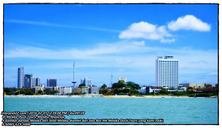Gambar bandar Melaka dari Selat Melaka diambil dari atas Bot Itik Melaka Duck Tours yang kami naiki. Kelihatan Menara Taming Sari.